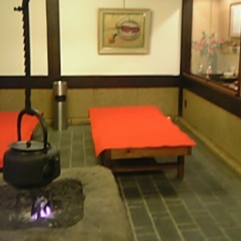 冬は囲炉裏もお目見えする待合室。