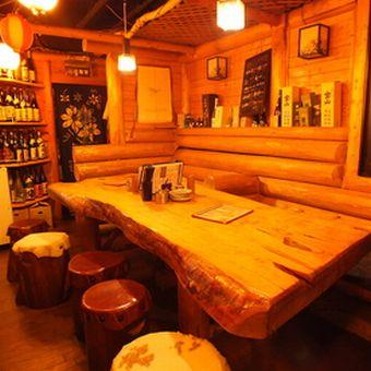 こんな一枚板のテーブルを囲んで美味しい料理にお酒。時間があっという間に過ぎます☆