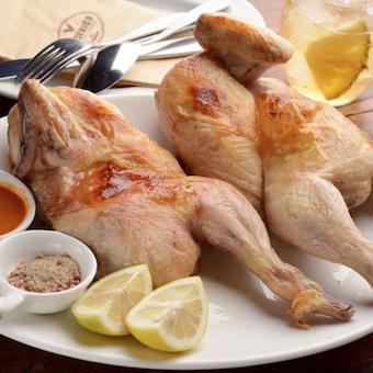 朝じめの「大山鶏」をハーブやスパイスを一切使わずに塩のみで焼きあげる 「ロティサリーチキン」