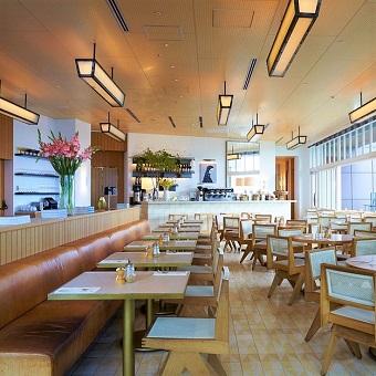 開放的な明るい空間でお食事を楽しめます☆