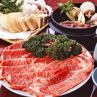 厳選した最高級霜降り牛肉を、焼き手が熟練の技で焼く「すき焼き」