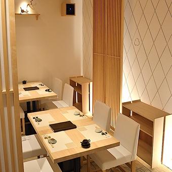 テーブル席だって白木をベースにこの仕上がり!大人なお客様の層が目に浮かびますね◎