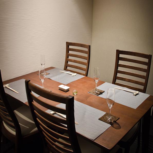 この個室でいったい何組の有名カップルが食事を楽しんだんでしょうか〜?