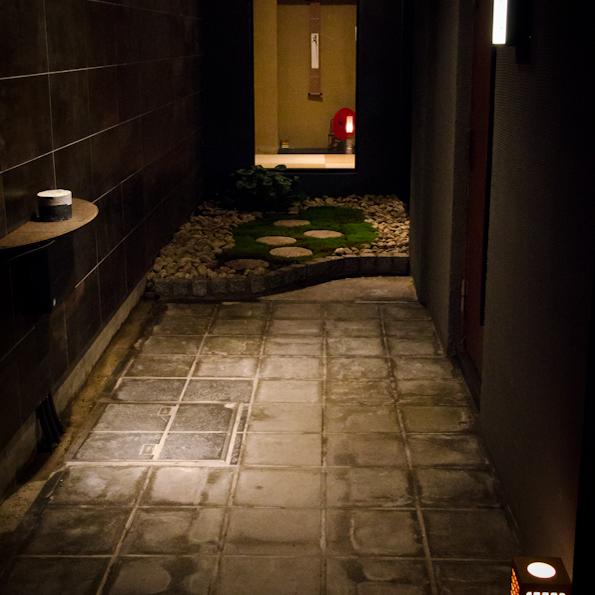 階段を下りると打ち水がされていてまるで京都のような和の雰囲気♪