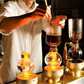 当店はコーヒーにもこだわりが。サイフォン式でコーヒーを抽出します。