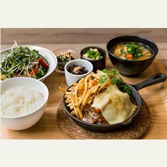 東北の食材、南部鉄器なども使用し、様々な創作料理を提供します。