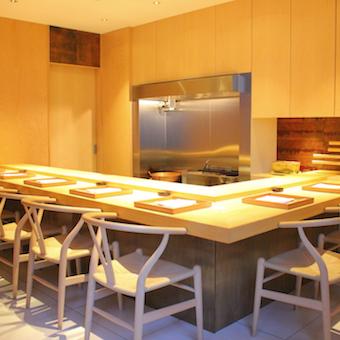 店内はヒノキで統一された明るく上質な空間。