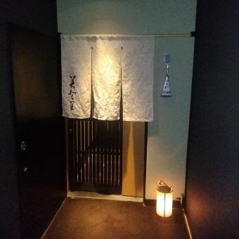 通の大人たちが集う銀座の和食割烹で、こだわりの京やさいに日本酒とワインでおもてなし。