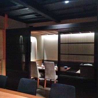 接待や誕生日などの大事なお席にぴったりの個室はおいしい京野菜と通をもうなる銘酒を楽しむ。