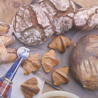 海のそばのベーカリー。各名店で修業した職人さんからパン作りの技術を学ぶ