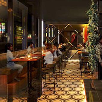 レストランゾーンや存在感溢れるバーカウンターゾーンなどに分かれたハイクラスな空間。