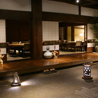 古民家の趣ある空間で学ぶ和服の着付と所作。日本のおもてなしを未経験から身に付けられる囲炉裏焼きのお店