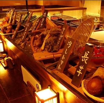 旬の食材が並ぶ。食材を見て食べるものを選ぶのが炉端焼きのスタイル。