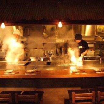 オープンキッチンで鉄板ライブも。お料理が出てくるまでたのしい。