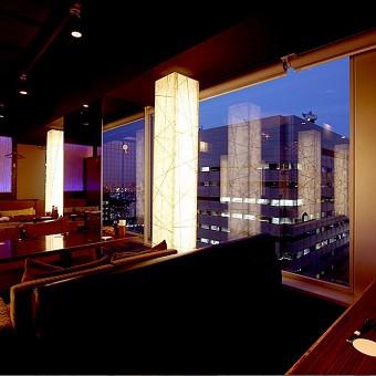 絶景の夜景とデザイナーが手掛けたオトナの空間で楽しく接客