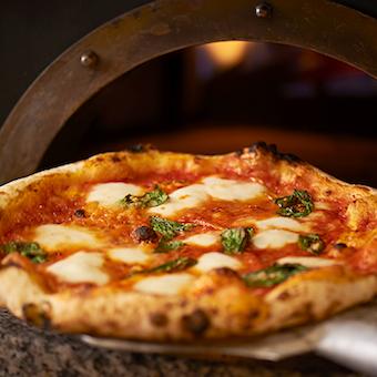 生地から焼きまで全てにこだわる窯焼きピザが名物!