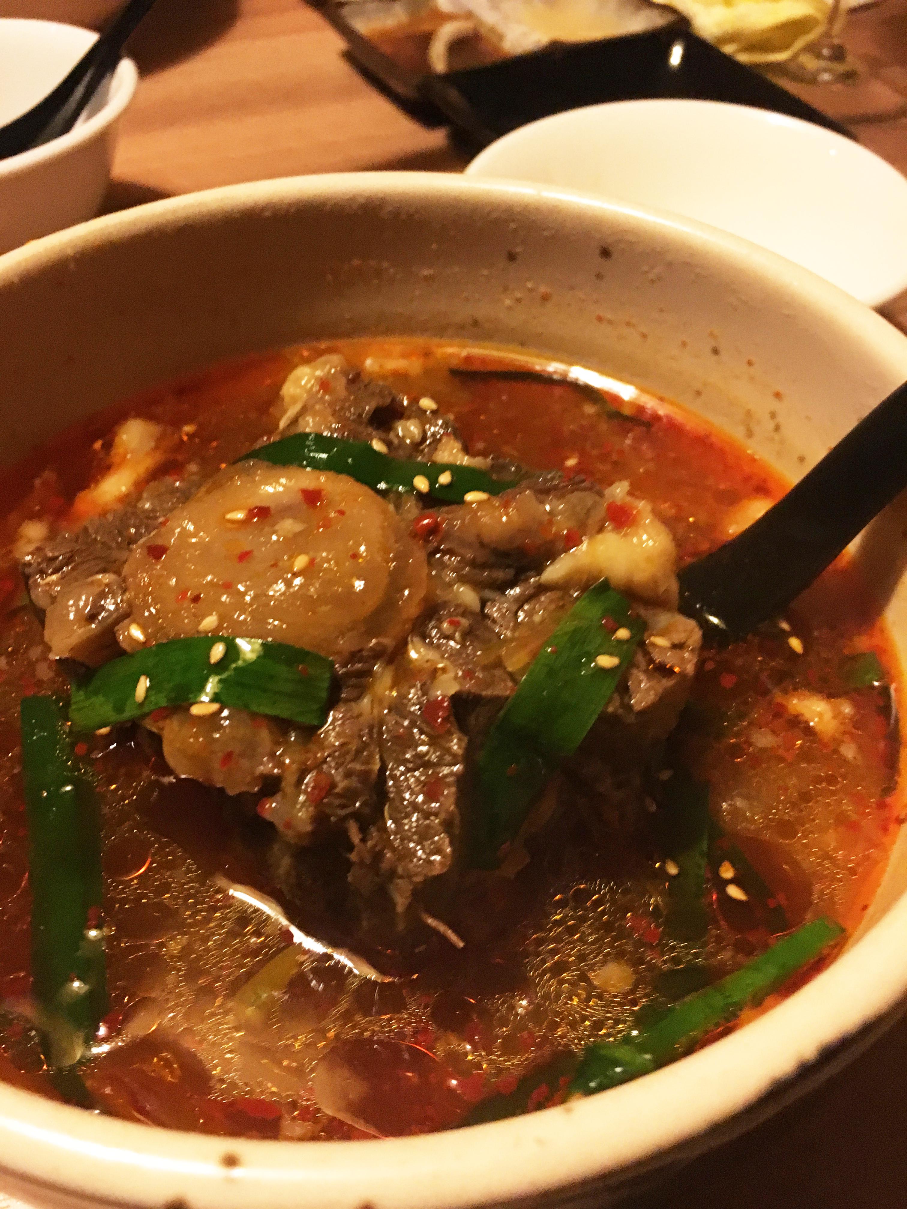 自慢のテールスープは必ず食べてほしい逸品。オープンまでしっかりじっくり仕込んでます。