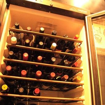 ワインセラーには100種類以上のワイン!お好みのものに出会えれば幸いです♪