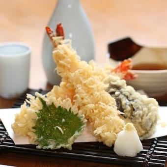 天ぷら盛り合わせ。エビがぷりっぷりです。