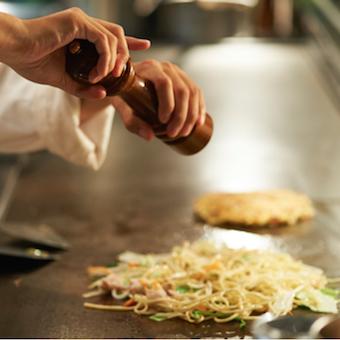 肉を焼く!オープンキッチンでお客様に魔法をかけよう。週2日 1日5h〜OK