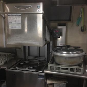 食洗機!!洗ったお皿を干す!お皿がなくては料理もご提供できないんです。