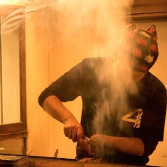 カウンターでの調理と接客。飲食の醍醐味が堪能できるスタッフ募集!下町湯島で働こう。