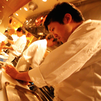 池袋駅徒歩1分☆スペインバルのオープンキッチン!昇給&ボーナスチャンスあり☆半月ごとのシフト制★