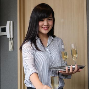 ≪赤坂見附徒歩1分!≫シフト自由度高◎髪色、髪型、ネイルOK!!洗練されたカラオケ店のホール♪