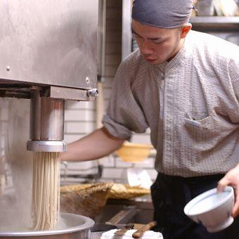 働きやすさ◎雑誌にも載る蕎麦の名店!未経験でも安心スタート☆そば打ちもできる!