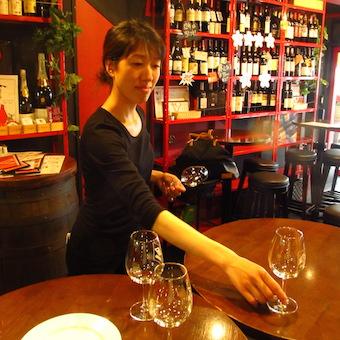 【駅徒歩1分★時給1200円~】約200種類のワインを提供!ビストロのホールスタッフ