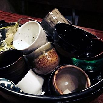 おいしい日本酒を楽しむにはまずは「おちょこ」から。お客様に選んでいただくことで、会話が弾みます。