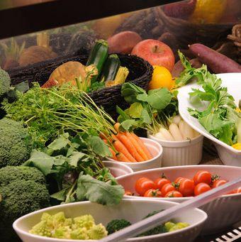 自慢の有機野菜は契約農家直送でどれも新鮮、美味しい♪サラダバースタイルなのも嬉しいポイント♪