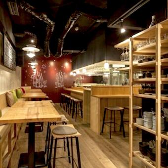 床から天井までラインナップされた酒棚の先にやわらかい色調の空間