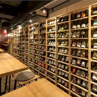壁に並ぶ200種類の日本ワインはももちろん国産。