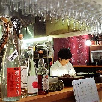 食材とお酒で日本の季節と旬を感じるオープンキッチンはお客様との一体感も演出