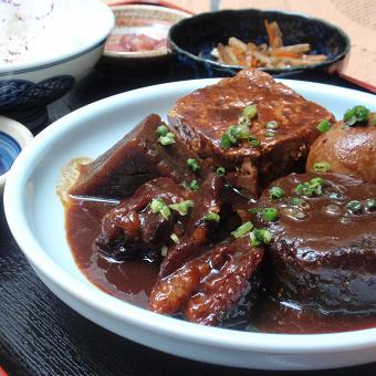 オーナーが名古屋まで足を運んで研究した味噌おでん。お出汁の定番おでんとともに人気です。日本酒との相性も抜群です。