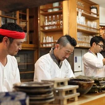 博多の人気店で腕を磨いた九州男児。カウンターにならぶその姿は絵になります。