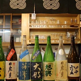 博多料理と焼酎を学ぶ。スタッフがみな福岡出身だから、いつの間にか博多弁も話せるようになるかも。