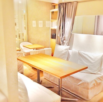 ソファーに溶けてしまいそうな空間。お客様に安らかなひとときをご提供。