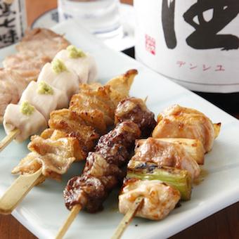 千葉県産「水郷赤鶏」の焼鳥は、カウンター席の目の前で丁寧に焼き上げます