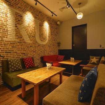 新宿三丁目駅直結マルイ内のお洒落なカフェで接客♪まかない補助あり☆系列店割引あり◎
