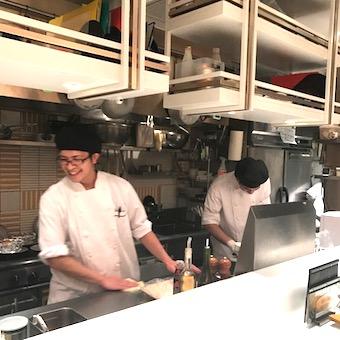 ☆年間50種以上仕入れる牡蠣の調理マスターに♪牡蠣の殻むきの世界大会出場も