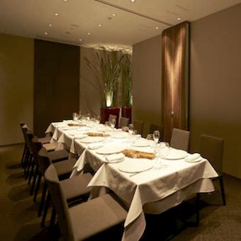 仕事としてのテーブルセッティングだけでなく、将来に役立つテーブルマナー、会食なマナーも身につきます。