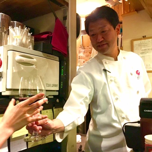 ドリンク作りはキッチンスタッフが担当。手渡されたドリンクをお客様の元へ運びます。