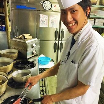 魚の捌き方、専門的分野まで一から学んでしっかり習得。国際フォーラム地下レストランのキッチンスタッフ★