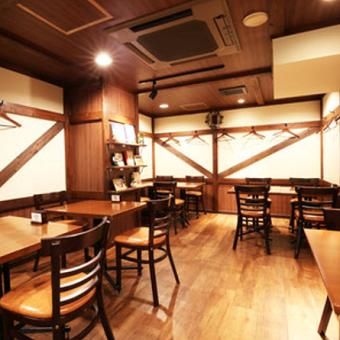 ドイツの山小屋をイメージした店内♪お客様と距離の近いドイツの食堂のような温もり溢れるお店です!