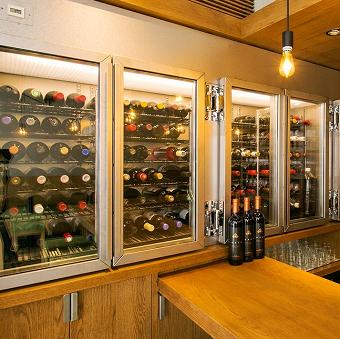 特注のワインセラーにはソムリエール厳選100種以上の安うまワインがぎっしり!ワインの知識が自然とつきます♪