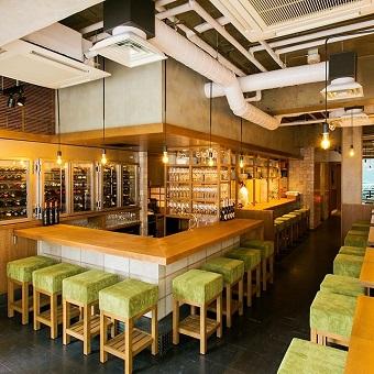 木のぬくもりが優しい店内はパリのモダンなビストロ食堂をイメージしています♪