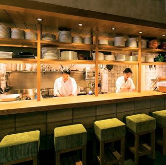 オープンキッチンなのでお客様の表情を間近で見れる喜びがあります☆