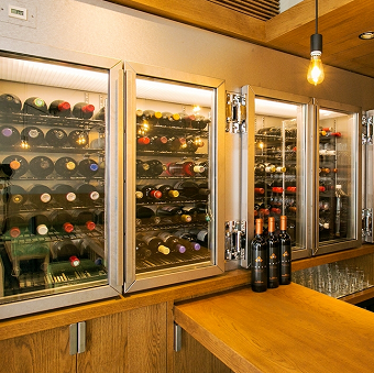 店内の特注ワインセラーには100種を超えるワインがあります♪不安にならなくてもすぐに覚えられますよ◎